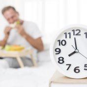Chcesz schudnąć? Nie jedz po 18:00. To mit!