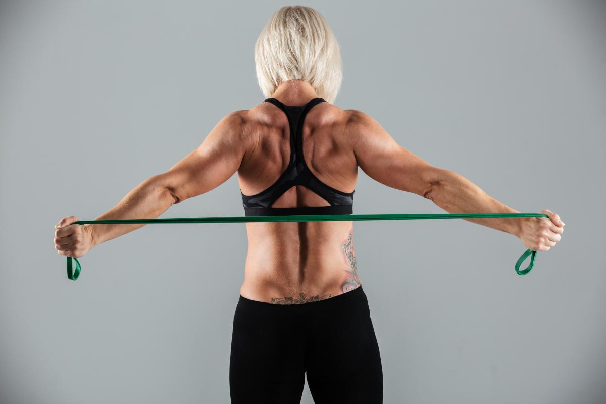 Ćwiczenia z gumą – jak działają? Na co wpływają?