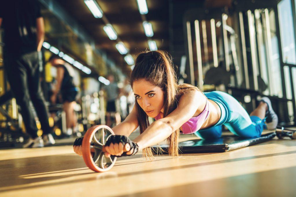 4. Ćwiczenia na mięśnie brzucha z kółkiem do ćwiczeń