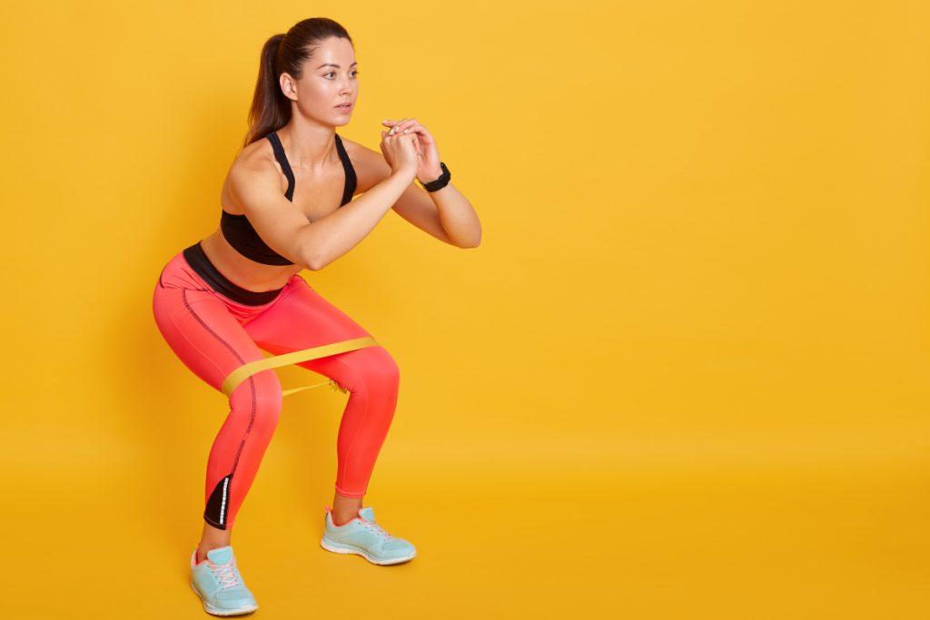 Ćwiczenia z gumą na pośladki