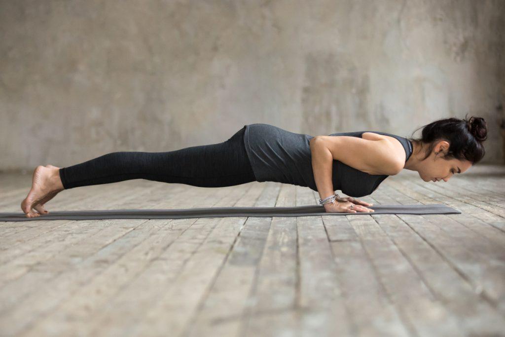 Trening siłowy bez sprzętu w domu – przykładowe ćwiczenia