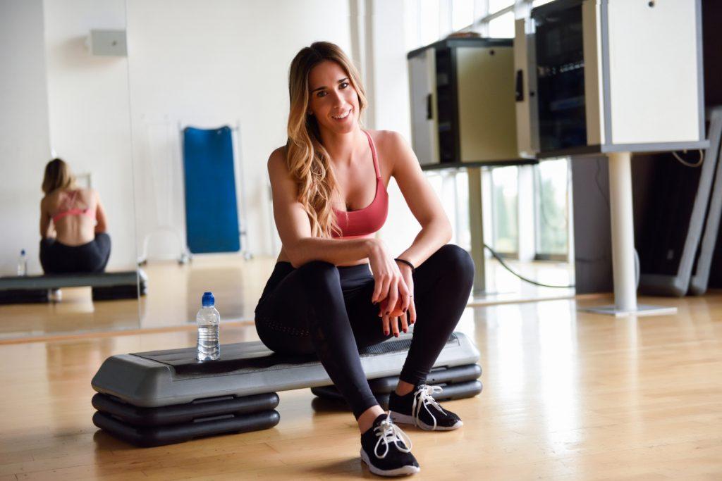 """Pozornie może się wydawać, że sumienny trening i dobrze przygotowana dieta online  to wszystko, co niezbędne do budowania muskulatury. Wiele osób, gdy odczuwa stagnację w rozwoju swojej sylwetki """"dokręca śrubę"""" jeszcze mocniej i eksploatuje swój organizm jeszcze bardziej. Później przychodzi zawód, gdy czas weryfikuje, że z takiej strategii nie ma żadnych pożądanych efektów. Co więcej, potrafią pojawić się poważne skutki uboczne i znaczący regres w formie. Dlaczego tak się dzieje? Czy sam trening, nawet najcięższy i sumiennie wykonywany, to wszystko, co potrzebne dla rozbudowy mięśni? Dowiedz się, dlaczego tak nie jest i jak ważna jest regeneracja!"""